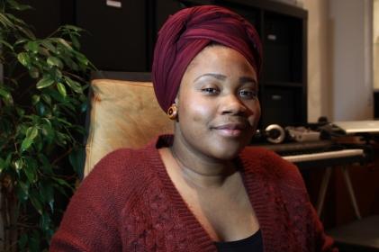 De Curaçaose zangeres Susan Malaika Bailey (28) in haar woonkamer in Den Haag.